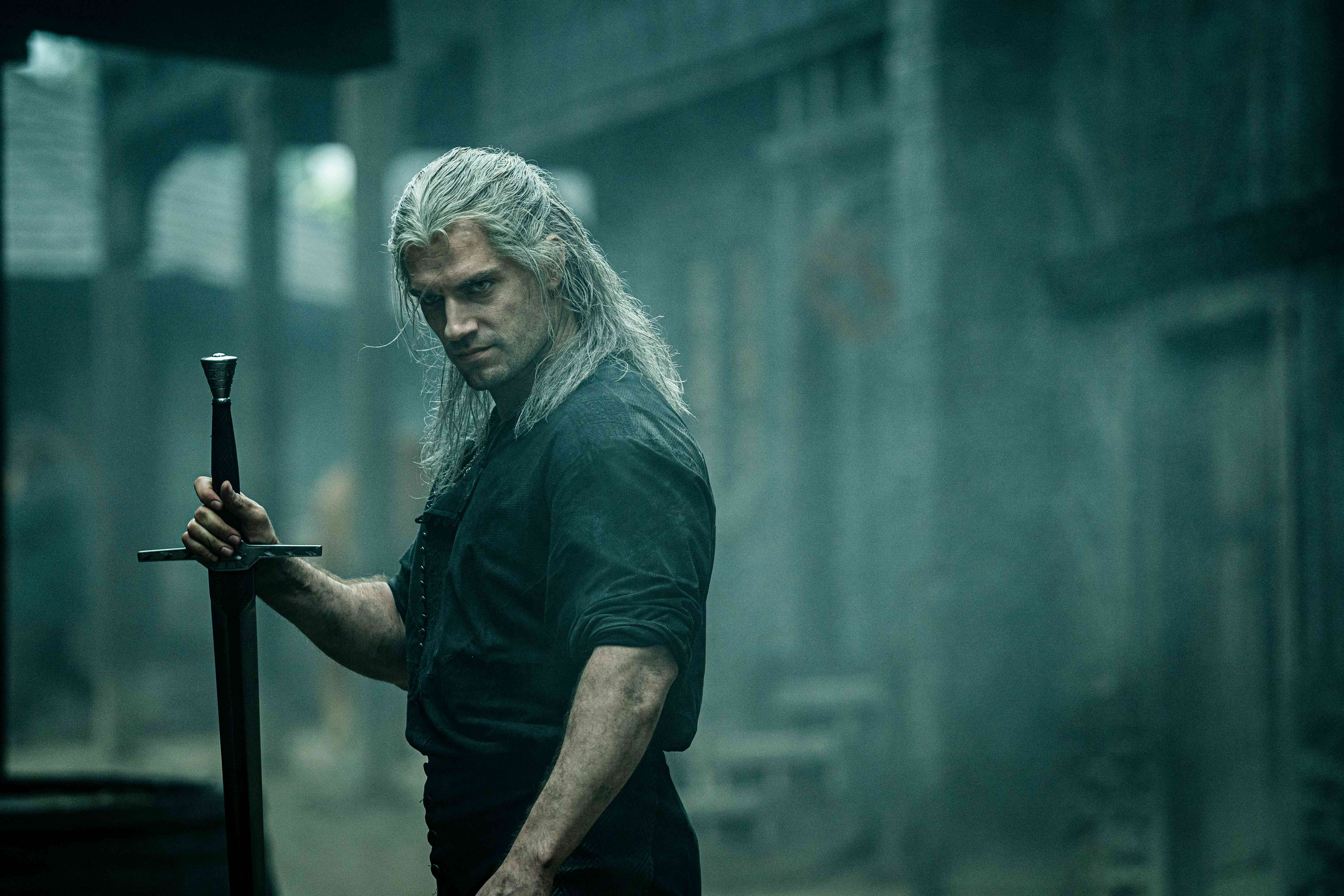 Netflix The Witcher: Geralt preparing for a fight.
